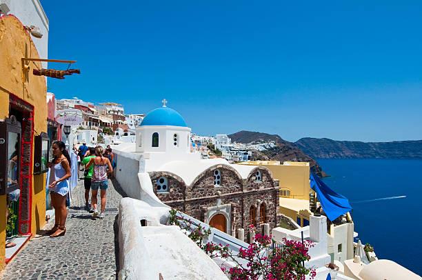 touristen gehen in oia stadt auf der insel santorin, griechenland. - fira stock-fotos und bilder