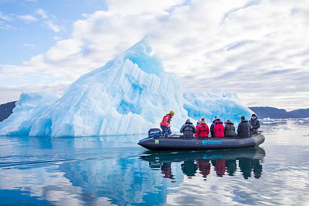 Cтоковое фото Туристов в виде знака зодиака в перед собой айсберг, Гренландия
