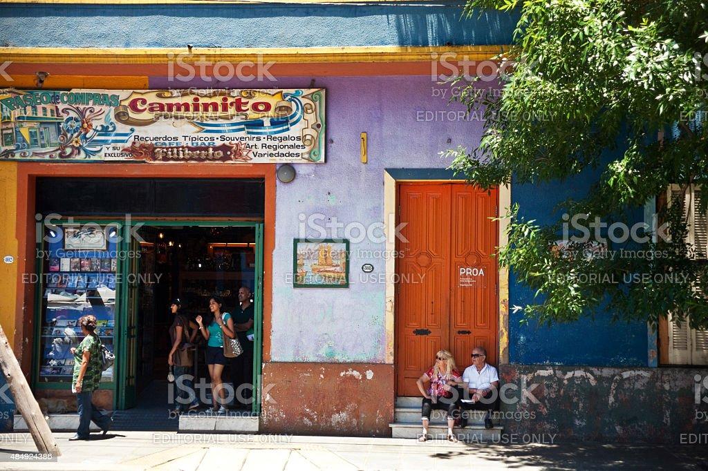 Os turistas em Caminito, bairro La Boca em Buenos Aires, Argentina foto royalty-free
