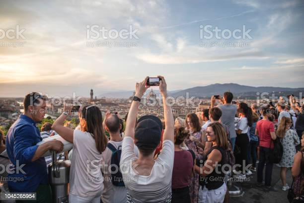 Tourists in florence picture id1045265954?b=1&k=6&m=1045265954&s=612x612&h=1qhlci7  okk1gyntn2ss01ff8rm3hmjybohzpbpsxw=
