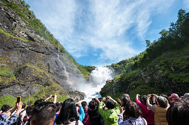 Tourists in front of Kjosfossen waterfall in Norway.​​​ foto