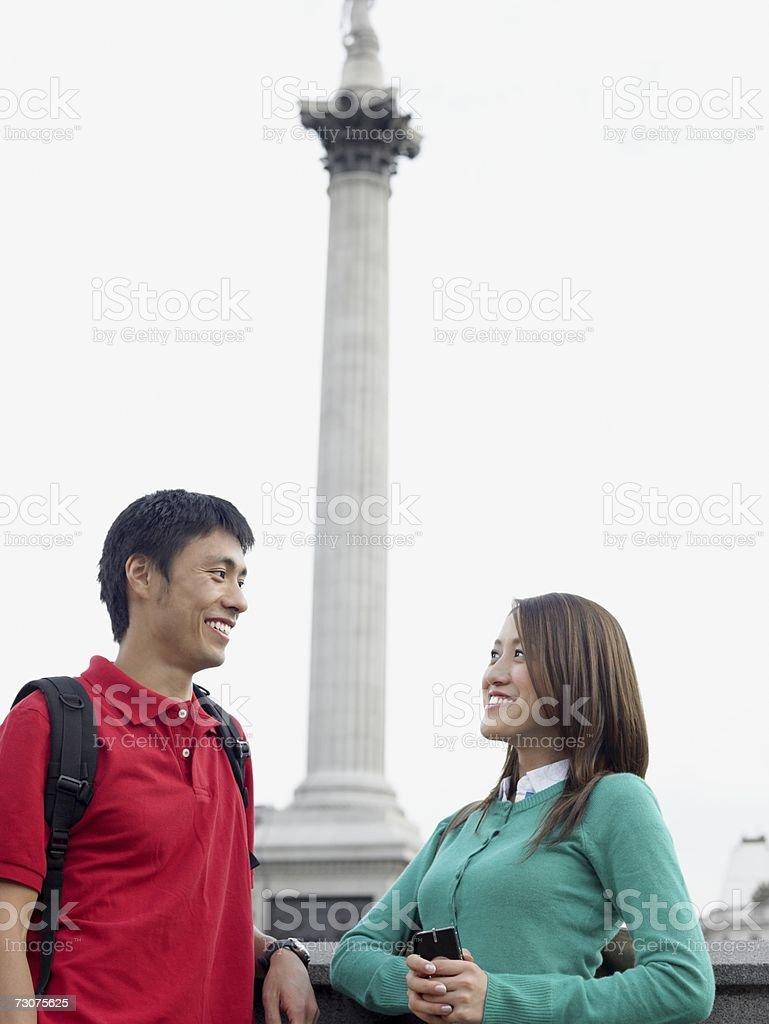 Turistas em frente de coluna nelsons foto de stock royalty-free