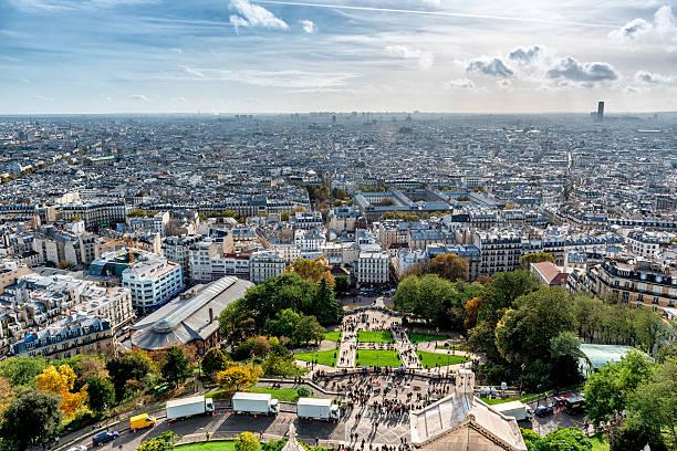 tourists in front of sacré-cœur basilica, paris - montmatre utsikt bildbanksfoton och bilder