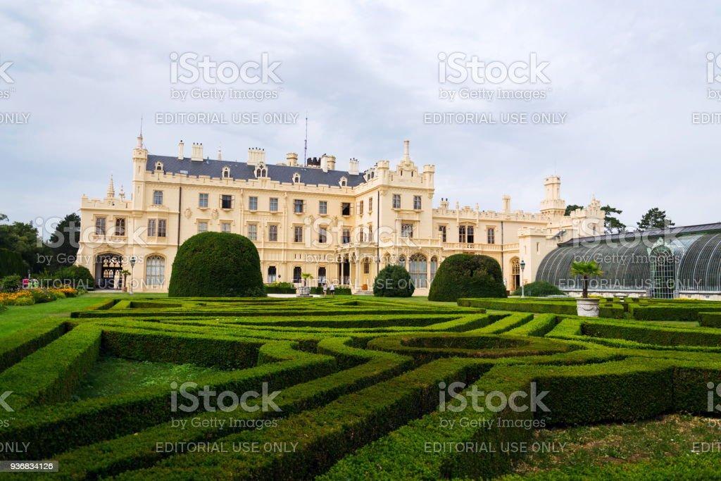 Touristen vor dem Lednice Schloss Herrenhaus im Bereich Lednice Valtice, Tschechien. – Foto