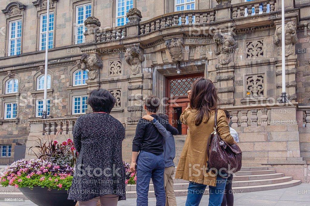 Tourists in front of the national parliament in Copenhagen Lizenzfreies stock-foto