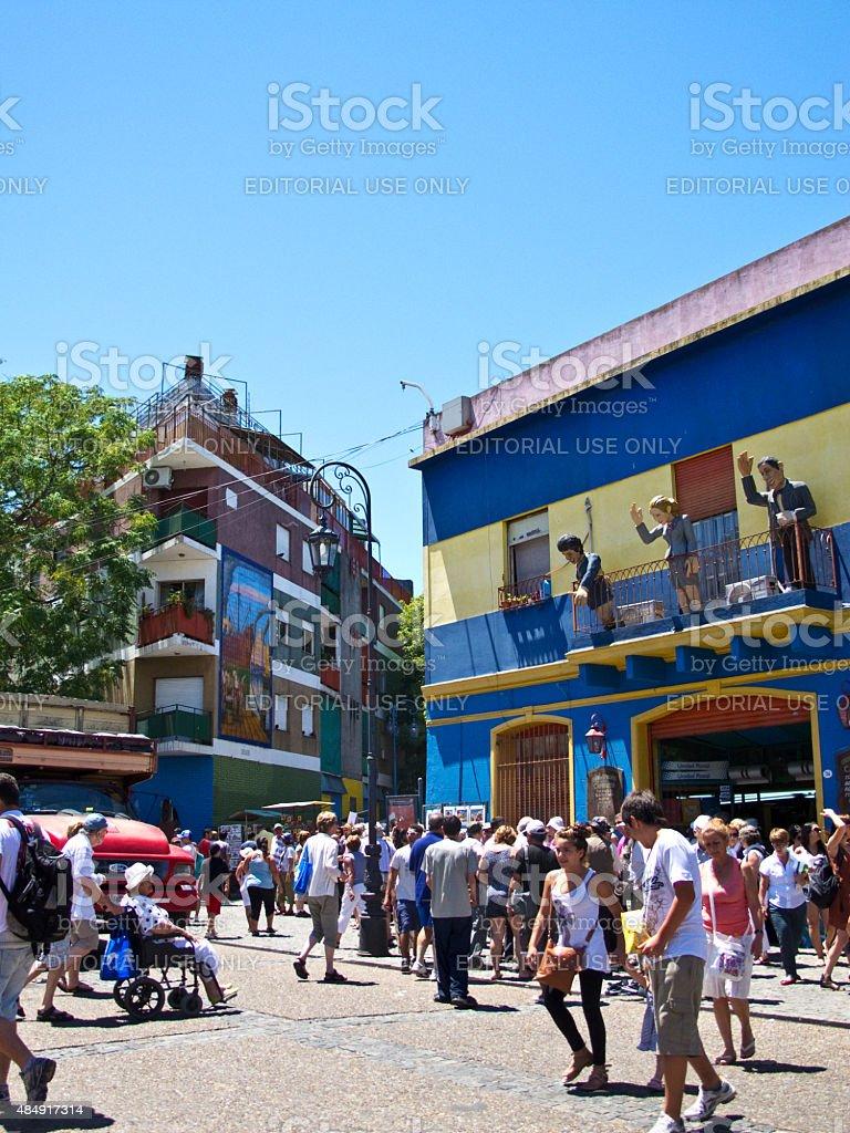 Turistas em La Boca bairro Street, em Buenos Aires, Argentina - foto de acervo