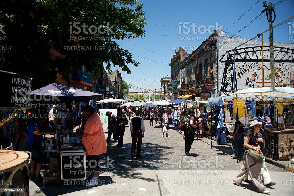 Turistas em La Boca bairro Street, em Buenos Aires, Argentina foto royalty-free