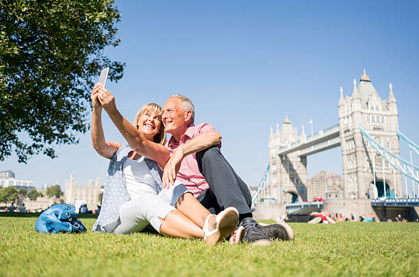 tourists in london taking a selfie - ikonische frauen stock-fotos und bilder