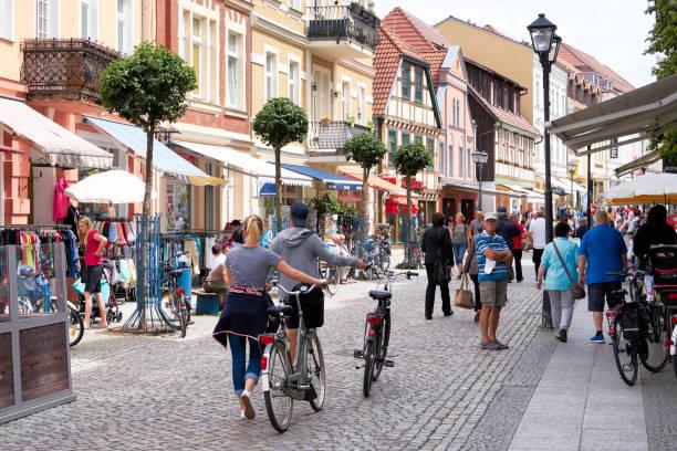 touristen in der alten stadt waren - fußgängerzone stock-fotos und bilder