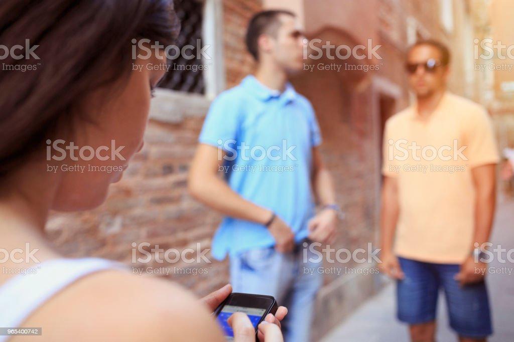 Turistas em Venezia. Jovens mulheres e três homens jovens, divirta-se. Grupo de amigos usando smartphone gps para navegação. Cena urbana de estilo de vida casual Itália.  Visitando Veneza, Itália. - Foto de stock de 18-19 Anos royalty-free