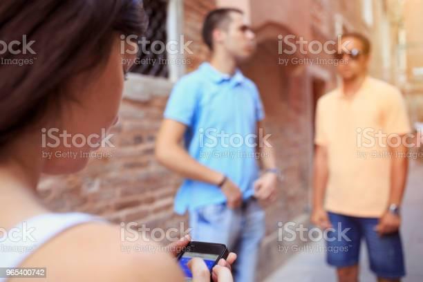 Foto de Turistas Em Venezia Jovens Mulheres E Três Homens Jovens Divirtase Grupo De Amigos Usando Smartphone Gps Para Navegação Cena Urbana De Estilo De Vida Casual Itália Visitando Veneza Itália e mais fotos de stock de 18-19 Anos