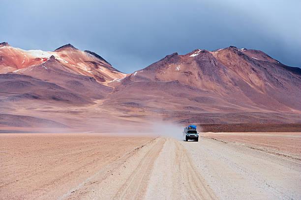 tourist's jeep on the bolivian altiplano - 阿爾蒂普拉諾山脈 個照片及圖片檔