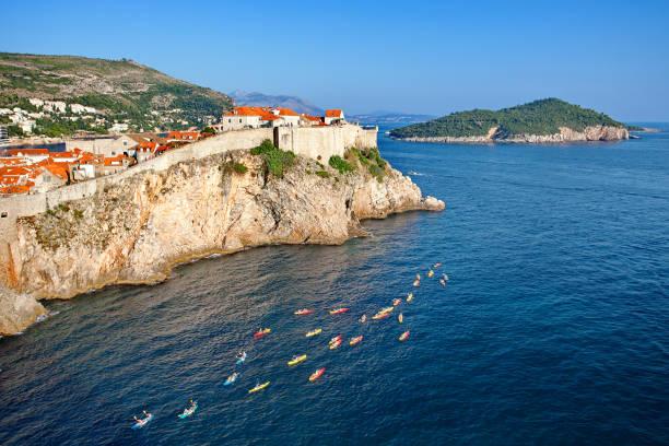 Turistas, kayak, ve a la vieja ciudad de Dubrovnik y la isla de Lokrum desde Fort Lovrijenac, Dalmacia, Croacia - foto de stock