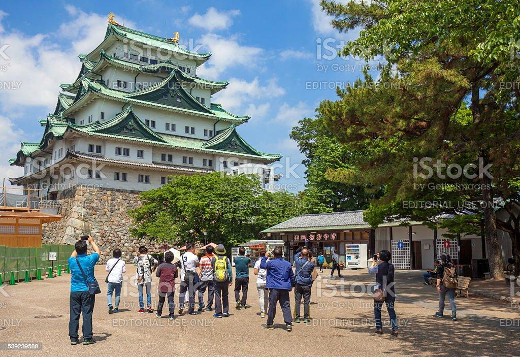 Los turistas observando un castillo de Nagoya foto de stock libre de derechos