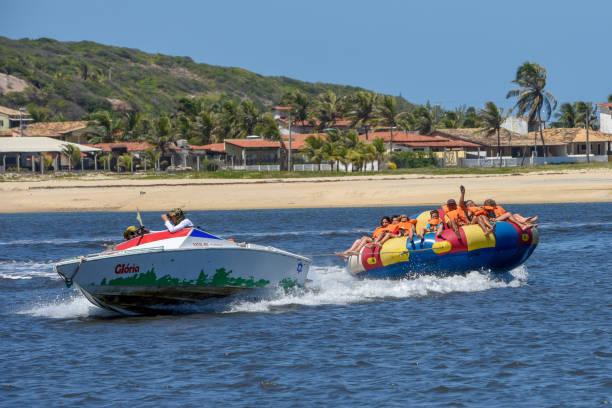 Touristen auf einem Spaßboot bei Barra de Cunhau auf Brasilien – Foto