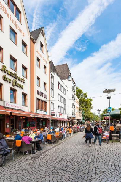 touristen auf am bollwerk promenade in kölner innenstadt - cafe köln stock-fotos und bilder