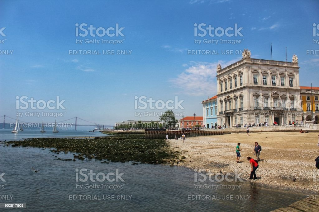 Tourists on the banks of Tagus river in Lisbon - Foto stock royalty-free di Acqua