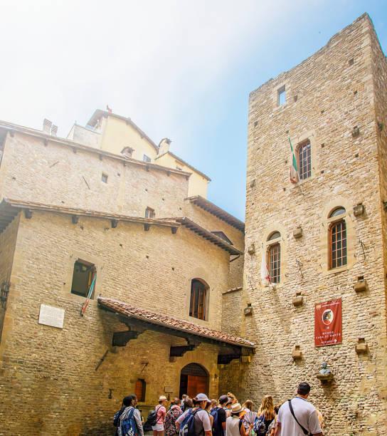 touristen in der warteschlange warten, ins museumshaus von dante alighieri in florenz - göttliche komödie stock-fotos und bilder