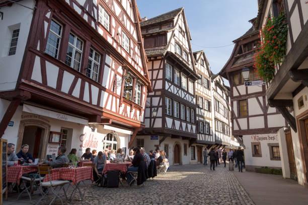 Straßburg, Frankreich - 2. November 2014: Touristen entspannen in einem Café in der historischen Altstadt von Straßburg, Frankreich – Foto