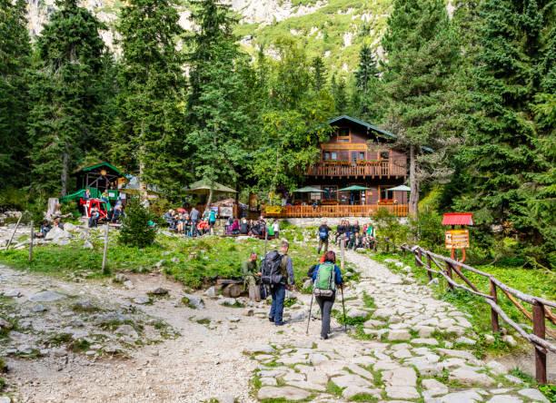 Turistler dinlenme ve barınak (Horska chata - Zamkovskeho chata) uzun bir yolculuktan sonra besleyici. stok fotoğrafı