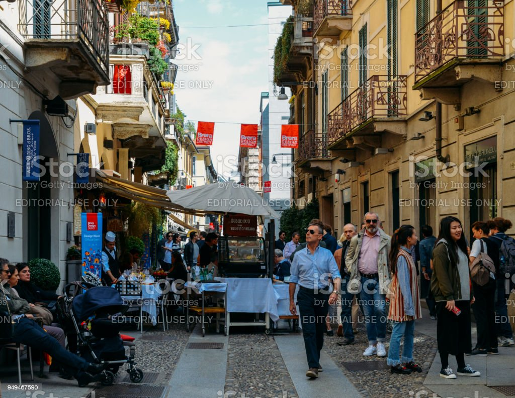 Tourists strolling in historic and bohemian Brera - foto stock