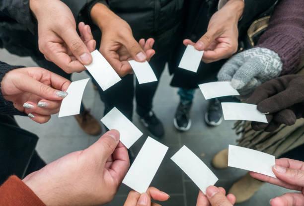 touristen umgeben zeigen ticket - gutschein bahn stock-fotos und bilder
