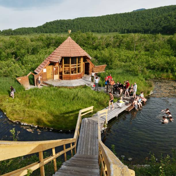 温泉、地熱の自然のプールで泳いで観光客 - 自然旅行 ストックフォトと画像