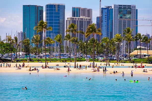 Touristen Schwimmen, Sonnenbaden am Strand von Waikiki, Honolulu, Oahu, Hawaii. – Foto