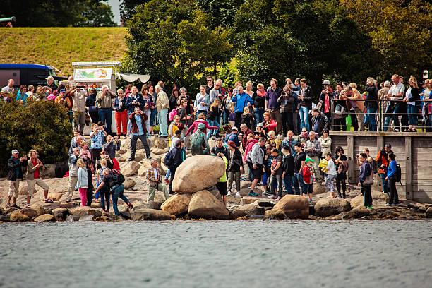 touristen fotografieren der kleinen meerjungfrau, - kleine meerjungfrau kunst stock-fotos und bilder