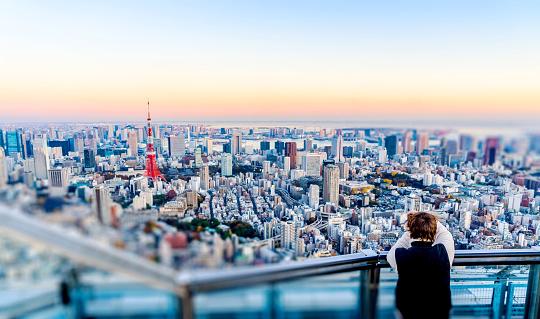 Tourists take shot of Tokyo Tower