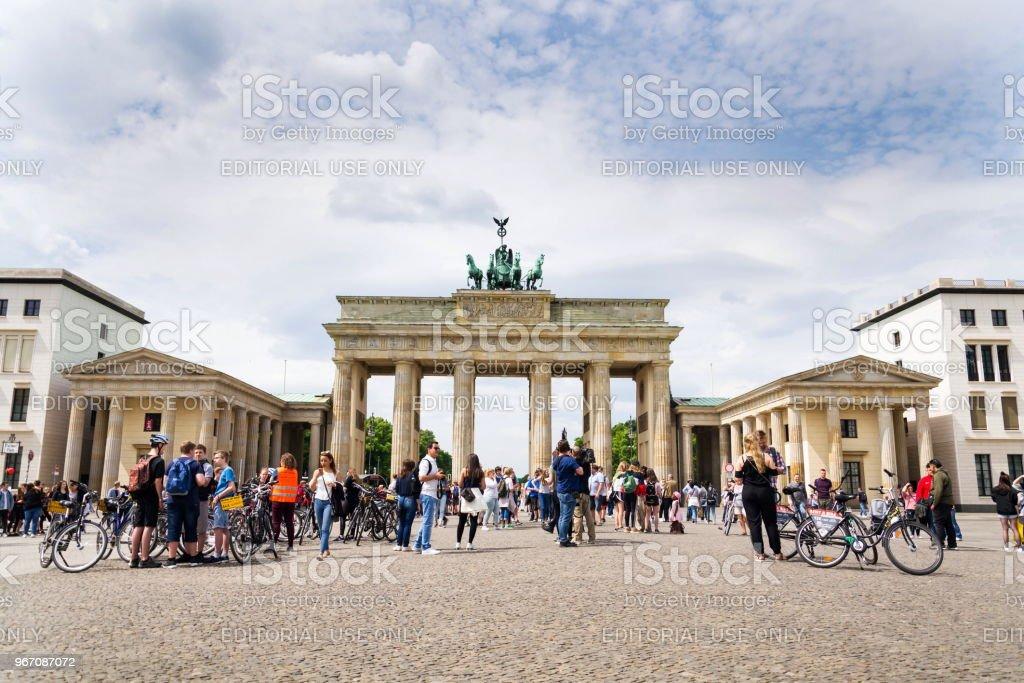 Touristen fotografieren vor Brandenburger Tor - Brandeburg Tor in Berlin, Deutschland – Foto