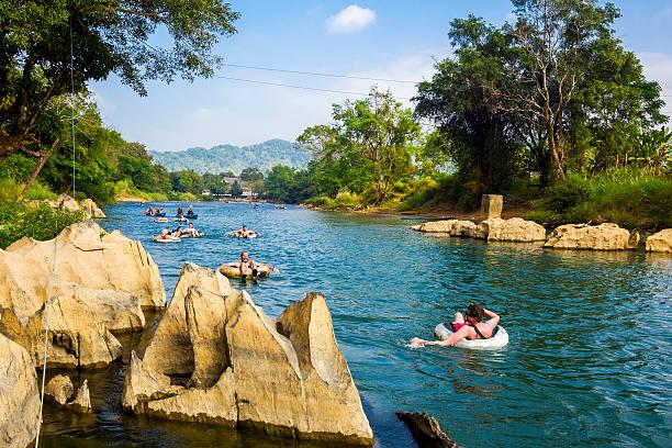 touristen tubing-down lied an niederholer vieng, laos - vang vieng stock-fotos und bilder