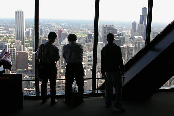 touristen auf chicago mit john hancock tower observatory - hohe warte stock-fotos und bilder