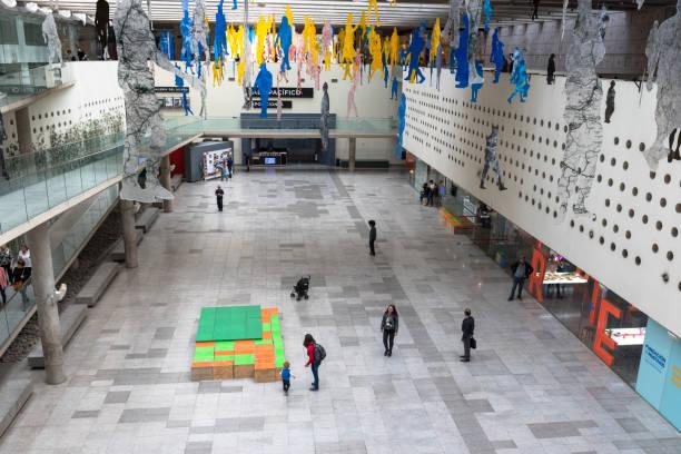 Touristen besuchen ein Santiago Museum – Foto