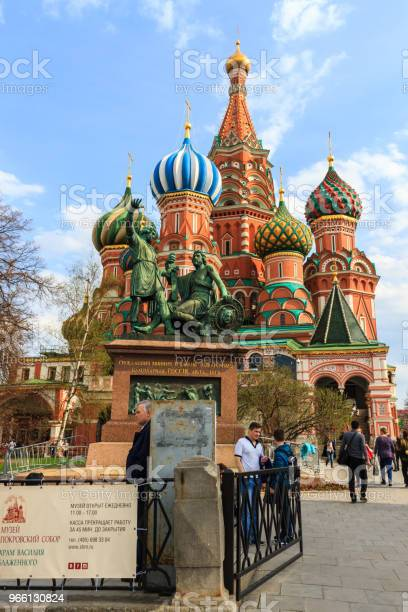 Tourists Visit Saint Basils Cathedral In Red Square At Moscow Russia — стоковые фотографии и другие картинки Архитектура
