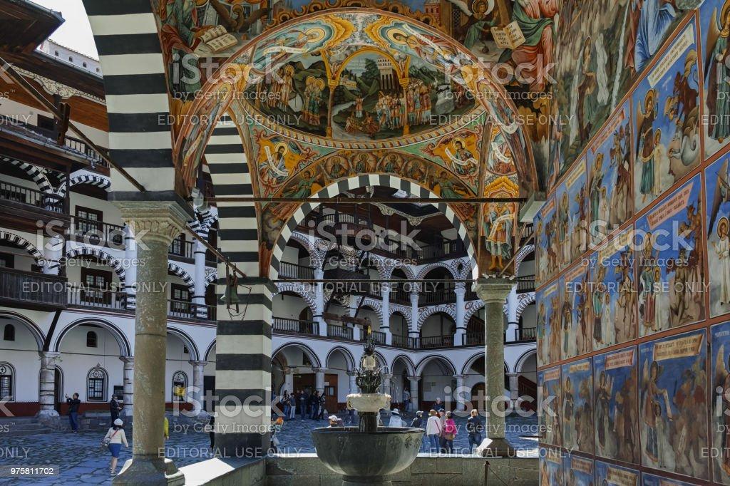 Touristen besuchen Kloster des Heiligen Ivan (John) von Rila (Rila-Kloster), Kjustendil Region, Bulgarien - Lizenzfrei Alt Stock-Foto