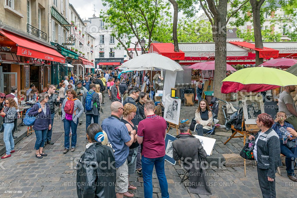 Les touristes visitant la Place du Tertre à Montmartre, Paris, France - Photo
