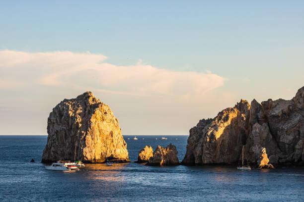 Touristen, die The Arch at Land es End mit dem Boot besuchen, Cabo San Lucas, Baja California, Mexiko, 2020 – Foto