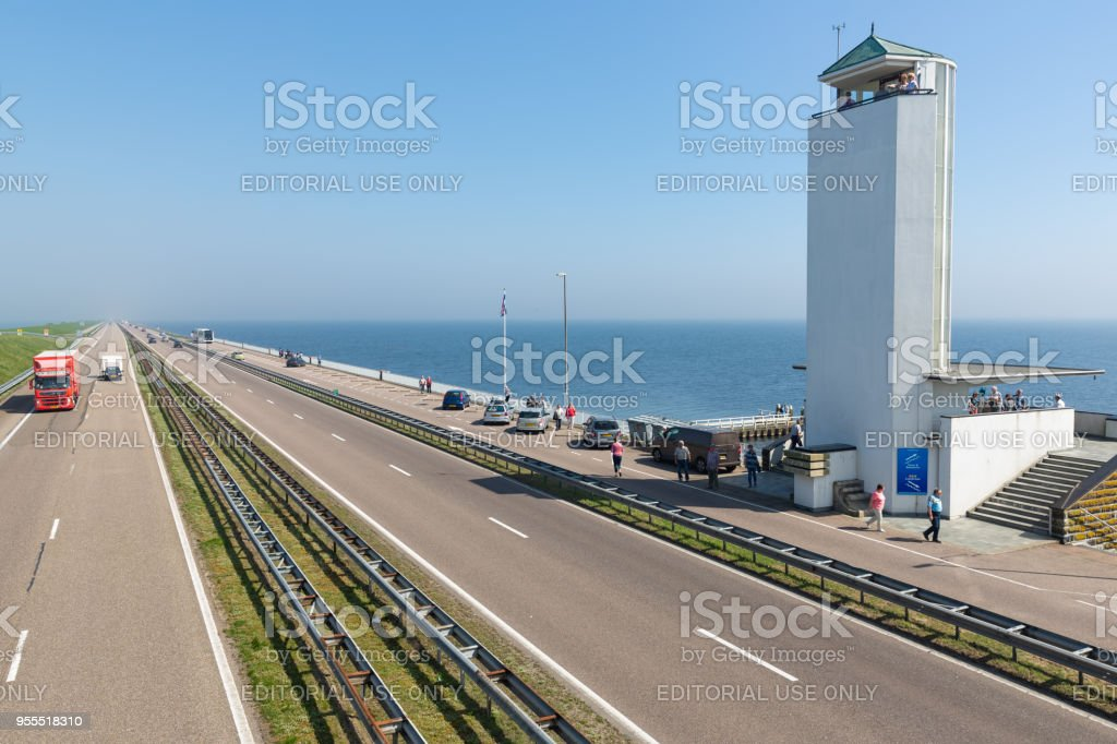Toeristen een bezoek aan de locatie waar de afsluitdijk is gesloten. foto