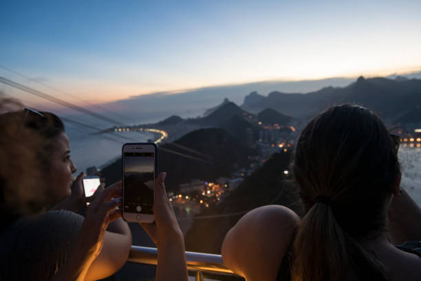 Touristen beobachten Zuckerberg bei Sonnenuntergang in Rio de Janeiro – Foto