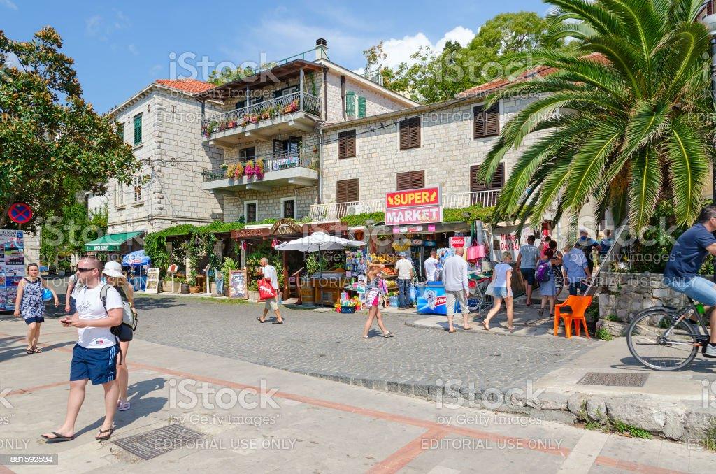 Los turistas a pie paseo en localidad ciudad de Herceg Novi, Montenegro - foto de stock