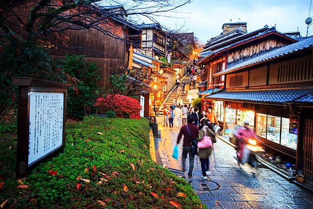 los turistas caminando en una calle que conduce al templo de kiyomizu - kyoto fotografías e imágenes de stock