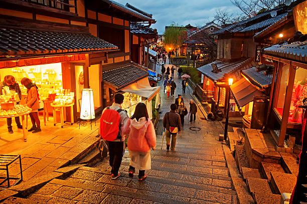徒歩で観光客は、通りの向こうに清水寺 ストックフォト