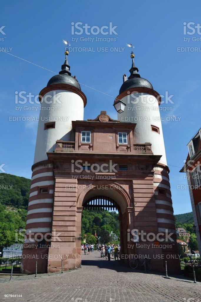 Touristen gehen auf Karl Theodor Brücke alte Brücke über Neckar in Heidelberg, Deutschland – Foto