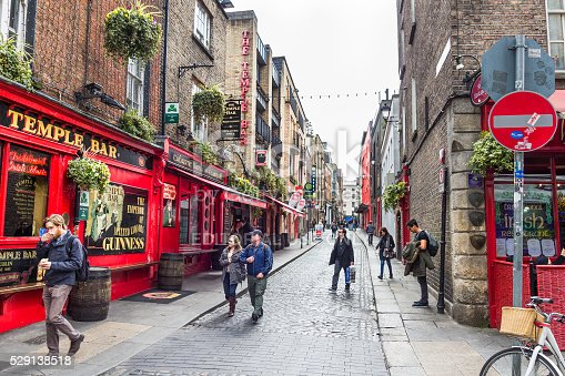 172763398 istock photo Tourists walking in the Temple Bar area 529138518