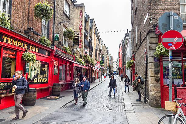 Touristen gehen im das Temple Bar-Viertel – Foto