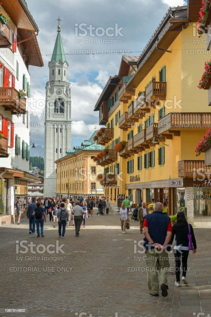 Tourists walking through the main street in Cortina d'Ampezzo - foto stock