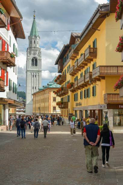 Touristen zu Fuß über die Hauptstraße in Cortina d ' Ampezzo – Foto