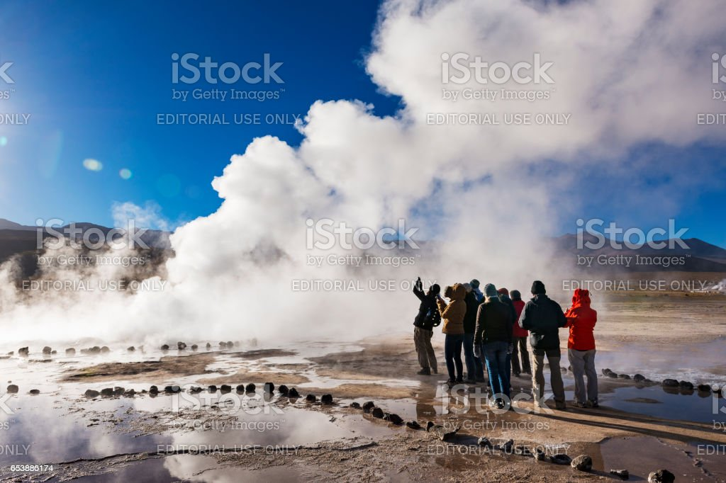 Tourists watching a geyser in the Geysers del Tatio field in the Atacama Desert, Northern Chile – Foto