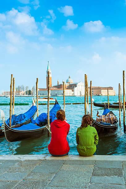 Touristen vor Gondeln in Venedig – Foto